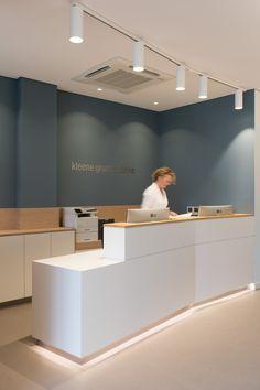 Zahnarztpraxis Berlin by fl! Doctors Office Decor, Dental Office Decor, Medical Office Design, Healthcare Design, Medical Office Interior, Clinic Interior Design, Clinic Design, Dental Reception, Hospital Reception
