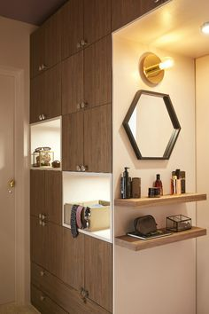 Un grand dressing mixte pour la chambre parentale avec des rangements et une façade bois !