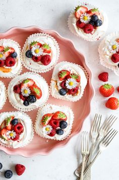 Lets kick start this week with some delicious cake by 😋🍓 by Nails Official Mini Pavlova, Meringue Pavlova, Meringue Desserts, Pavlova Recipe, Mary Berry Pavlova, Strawberry Pavlova, Fig Dessert, Banana Dessert, Recipes