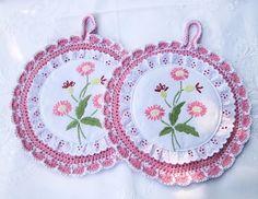 Gehäkelte Topflappen in rosa u. weiß mit Stickerei von Barosa auf DaWanda.com