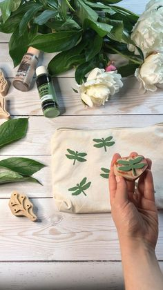 Diy Tie Dye Techniques, Pencil Drawings Of Flowers, Handmade Stamps, Diy Tote Bag, Fabric Stamping, Diy Handbag, Canvas Designs, Fabric Painting, Clay Crafts