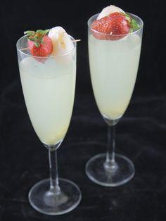 Rezept Cocktail Litschi, Ingwer und Champagner - - Recette Cocktail litchi, gingembre et champagne Rezept Cocktail Litschi, Ingwer und Champagner Cocktail Drinks, Fun Drinks, Cocktail Recipes, Alcoholic Drinks, Sangria Bar, Beach Cocktails, Cuisine Diverse, Banana Milkshake, Mojito