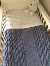 Heerlijk warme hand gebreide dekentjes met een gebreide buitenkant en een gevoerde binnenkant!
