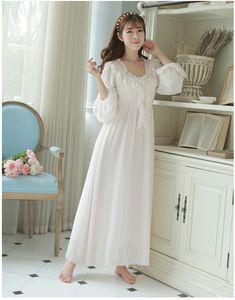 7474f41efa5 Envío gratuito de gasa de seda princesa camisón Pijama largo de blanco y  rosa de las mujeres pijamas ropa de dormir femenina PT1625 en Camisones y  ...