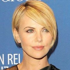 charlize theron long pixie cut Just because it's not something fancy, it doesn't meant hat it Long Pixie Hairstyles, Short Pixie Haircuts, Hairstyles Haircuts, Long Pixie Bob, Long Pixie Cuts, Charlize Theron Short Hair, Charlize Theron Hairstyle, Pixie-cut Lang, Long Ombre Hair