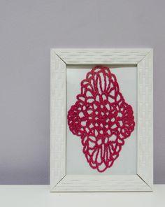 Quadro com moldura na cor branca Desenho feito totalmente em crochê com linha cereja Fundo branco  Tamanho 13 x 18 cm R$ 35,00