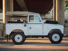 At the end of last year, Land Rover released great news. Land Rover Defender will be revived in the form of a new generation. Landrover Defender, Land Rover Serie 3, 4x4, Dodge Srt, Beach Cars, Off Road, Pontiac Firebird, Car Wheels, Vintage Trucks