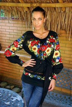 Женская вышиванка вышитая туника `Подсолнухи`  вышивка гладью. Женская вышитая блуза вышиванка с цветочными мотивами. Основу рисунка составляют любимые мною подсолнухи и маки, полевые цветы, славянские мотивы. Отличный крой - современная украинская летняя вышиванка.