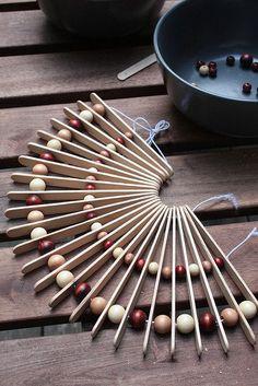 Topfuntersetzer aus Holzperlen und Spateln - Inspiration - 8 Bastel Ideen mit Holzperlen - Green Bird