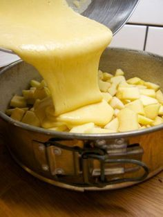 Pour the apple dough Sweet Desserts, Sweet Recipes, Dessert Recipes, Czech Recipes, Ethnic Recipes, Good Food, Yummy Food, Food Inspiration, Macaroni And Cheese
