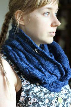 Fascinating knit cowl. Post is in Finnish but there's a link to the paid pattern on Ravelry. (Missä neuloimme kerran: Mitä tästä opimme?)