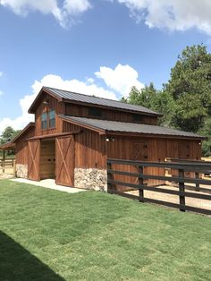 Barn love runs deep with this one! The Tomball Texas Western Raised Center Horse Barn is done! They have 2 horse stalls, a wash and tack… Barn Stalls, Horse Stalls, Horse Barn Plans, Horse Barn Decor, Small Horse Barns, Horse Tack Rooms, Horse Barn Designs, Horse Shelter, Goat Barn