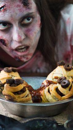 Hype with halloween snacks! Recetas Halloween, Halloween Desserts, Halloween Town, Mexican Food Recipes, New Recipes, Salsa Barbacoa, Fantasias Halloween, Puff Pastry Sheets, Carne Picada