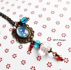 Hier biete ich eine schöne Vintagekette mit Glascabochon(Blumenmuster in blau/weiss) und diversen Glasperlen.     Kette ca. 50cm mit Karabiner zu vers