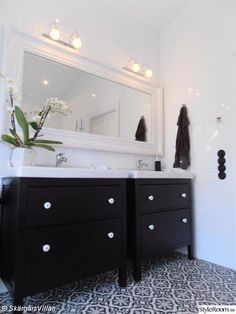 Salle de bain en noir et blanc, carrelage motifs, meubles IKEA Hemnes bathroom Bathroom Cabinets Ikea, Ikea Bathroom Storage, Bathroom Vanity Units, Best Bathroom Vanities, Bathroom Wall Decor, Bathroom Design Layout, Bathroom Interior Design, Armoire Entree, Ikea Bathroom Accessories