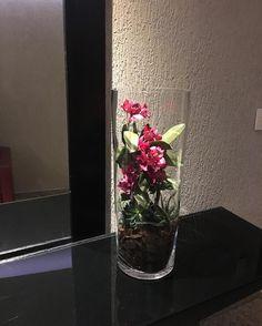Adoro a ideia desse arranjo montagem feita dentro da peça! Nesse caso em um Hall de prédio fica prático não desfaz. Peça flores e montagem venicacasa. @arranjos_florais @artecomsabor @andreiadecora @amorimcleide @laurafranco_arquitetura @albertoradespiel