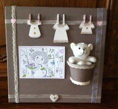 joli tableau entourage bois sur toile de lin, pour une chambre de bébé, décoré de cœurs, petits nounours dans un pot,  au centre une carte dessiné à la main, petits vêteme - 12429781