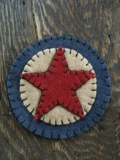 Americana mug mats made of wool felt 4 and 3 circles and a 2 star or 2 circle sewed together with a simple blanket stitch sew the small circle or star to the med. Americana Crafts, Patriotic Crafts, July Crafts, Primitive Crafts, Penny Rug Patterns, Wool Applique Patterns, Print Patterns, Felt Embroidery, Felt Applique