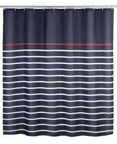 Der pflegeleichte Duschvorhang in dunkelblau aus 100% Polyester mit Streifen in weiß und rot verfügt über eine wasserabweisende Oberfläche und ist waschbar bei 30°C. Gesehen für € 24,99 bei kloundco.de.