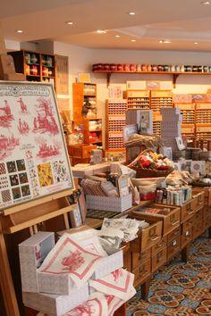 La broderie Toile de Jouy à la boutique Sajou Paris. The Toile de Jouy fabrics embroidery in our Sajou Paris shop.
