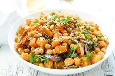 Direkt zum Rezept Ich bin überzeugt, dass der Salat aus Süßkartoffeln mit gerösteten Kichererbsen die meisten von Euch begeistern wird. Das liegt an den knusprigen Kichererbsen mit Kreuzkümmel und …