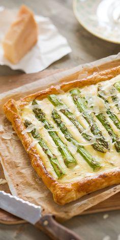 Nicht nur optisch ein echter Hingucker. Diese Ricotta-Spargel-Tarte wird mit Blätterteig und Parmesan zu einem wahren Gaumenschmaus. Ein tolles, einfaches Gericht für dein Osterbrunch!