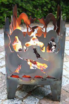 Feuersäule - Feuerkorb Katze S incl. Gitterrost und Ascheblech    Neu ist die Kombination aus Feuerkorb und –säule, d.h. die reine Feuerkorb-Funktion in Verbindung mit attraktiven Lichtspielen.    * Maße: ca. 25,5 x 26,5 x 40 cm  * Material: 1,5 mm Rohstahl  * Gwicht: ca. 4,5 kg  * massiver Gitterrost - integriert  * robustes Ascheblech