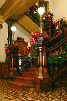 Victorian Holiday Decor in Glenview at the Hudson River Museum Christmas Stairs, Noel Christmas, Vintage Christmas, Christmas Mantles, Silver Christmas, Christmas Ornaments, Victorian Interiors, Victorian Decor, Victorian Homes