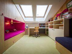 Oba pokoje mají i dostatek úložných prostor a nábytek je v každém z nich rozmístěn trochu jinak. V obou pokojích byla na průběžné stěně aplikována magnetická výmalba - ProŽeny.cz