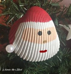 Santa Shell Ornament Living in a coastal city means that there is always the opportunity to go to the beach and collect shells. This year, I'm making several differently styled orna… Easy Christmas Ornaments, Noel Christmas, Nordic Christmas, Modern Christmas, Christmas 2019, Christmas Projects, Holiday Crafts, Christmas Ideas, Beach Christmas Decor