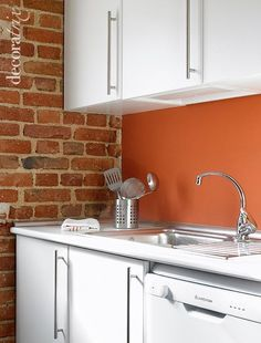 Cocina con paredes de ladrillo visto