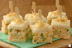 bolo salgado de salpicão no palito Penne Pasta, Confort Food, Brie Bites, Rice Krispies, Snacks Für Party, Tasty Bites, Quiches, Sweet Recipes, Catering