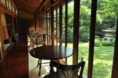 昭和の家  竹の塚 どんな疲れもとってくれるような、癒しの空間。築75年の時の厚みを感じられます。 外の明るさと、室内のくらさのコントラストが何とも言えない風情のある景色です。