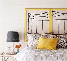 cabeceira de cama feita com materiais vários