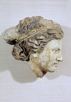 Head of a Woman Etruscan Century BC Early Italian cultures decorated their buildings with sculpture made of terracotta. The head retains traces of its original colors: white for the skin and red for the hair, with gilding on the diadem. Historical Artifacts, Ancient Artifacts, Roman Sculpture, Sculpture Art, Roman History, Art History, Ancient Rome, Ancient History, Carthage