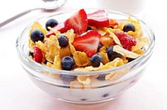 For a quick and healthy breakfast, serve cornflakes cereal topped with fresh berries and low-fat milk. It doesn't matter what types of berries you use Healthy Meals For Kids, Healthy Eating Recipes, Healthy Children, Healthy Treats, Healthy Choices, Healthy Food, Purine Diet, Gout Recipes, Gout Diet