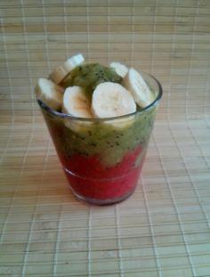 Bater o morango e o kiwi com a varinha mágica (sem adicionar qualquer liquido). Misturar 1 colher de sementes de chia. Banana no topo.