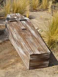 Vintage Wooden Coffin in a rural scenery Halloween Coffin, Scary Halloween, Halloween Town, Halloween Ideas, Pena Capital, Funeral, 1x4 Wood, After Life, Casket