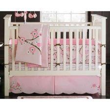 En hermoso color rosa, con detalles que hacen del conjunto una opción ideal para la cuna de tu pequeña, incluye un edredón estampado en flores, se encuentra fabricado en algodón para la total comodidad de tu bebé.