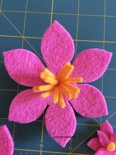 Se si vuole essere in tempo è necessario affrettarsi. Ecco il mio tutorial per le campanelle di Pasqua. Avremo bisogno di fogli di feltro renkalik quadrati 30×30, filo, ago, fiori, rametti, pe…