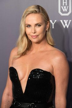 Charlize Theron Looks Totally Different with Baby Bangs - Celebrities Female Charlize Theron Oscars, Charlize Theron Photos, Beautiful Celebrities, Beautiful Actresses, Beautiful Women, Hollywood Celebrities, Hollywood Actresses, Photo Mannequin, Beauté Blonde