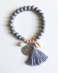 Bracelet boho sea shell & pompon gris par BohodreamlandParis