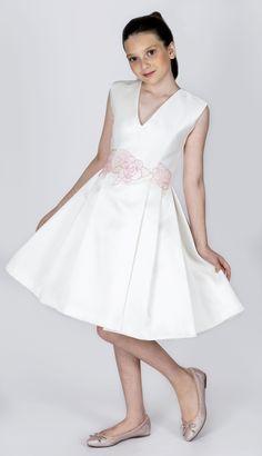 Teen Collection 2018 - Ateliê Esther Bauman Acquastudio.  Vestido decote V, com saia de pregas e bordado de flores em rosa, aplicado na cintura.