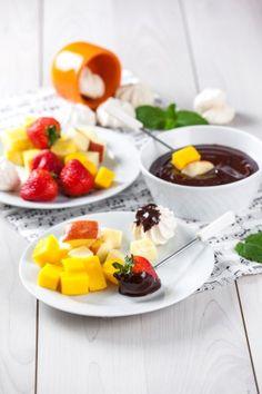 Fondue de frutas e chocolate  TeleCulinária 1869 - 2 de Fevereiro 2015 - Disponível em formato digital: www.magzter.com Visite-nos em www.teleculinaria.pt