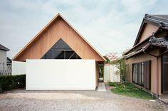 ¿Te gustan las casas de arquitectura japonesa? Como es fácil de observar, las casas estilo japonés son muy distintas a las occidentales, tanto en el diseño exterior como interior, pero ¿qué elementos específicamente las caracterizan y las hacen diferentes a las viviendas de este lado del mundo? En este libro de ideas respondemos a tu duda con ejemplos de casas de diseño japonesa creadas por arquitectos en Japón, pero también te presentamos viviendas de inspiración japonesa diseñadas por…