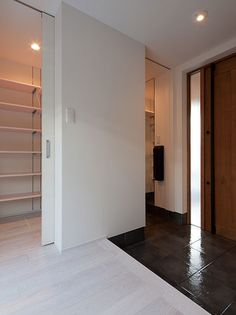 家族用のシューズクロークは引き戸で仕切れるので、来客時でも隠せる。職人手作りの木製ドアなど建具の造作も味わい深い。 Entrance Design, House Entrance, Closet Designs, Home Reno, Shoe Closet, Simple House, Tall Cabinet Storage, House Design, Doors