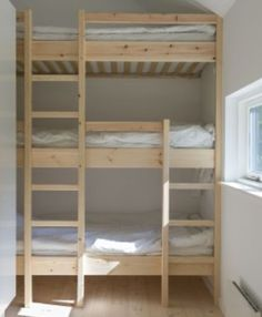 Danski arhitektonski biro Lykke + Nielsen stoji iza ovih modularnih ljetnih vikendica. Kuće su vrlo jednostavne i mogu biti gotove u roku od šest mjeseci od trenutka naručivanja. Njihov izgled se može konfigurirati ovisno o željama i potrebama naručitelja. Mogu imati sve kao kuće sagrađene tradicionalnim metodama: spavaću sobu, kuhinju, kadu, dnevni boravak. U nastavku vam donosimo nekoliko primjera iz Lykke + Nielsen portfelja koja su nam se jako svidjele.