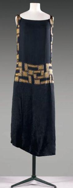 Madeleine VIONNET Robe en crêpe noir, décolleté carré sur bretelles brodées