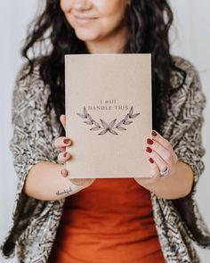 Merkkaa ylös tärkeimmät muistiinpanosi tai käytä vaikka luonnosvihkona!  A5-kokoinen, nidottu vihko.  36 valkoista tyhjää tai viivallista sivua.  100 % ekologinen  Suunniteltu ja valmistettu Savonlinnassa! Photography Branding, Notebooks, Handle, Notebook, Door Knob, Laptops