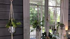 Solmeile amppeli ja ripusta kukkasi ikkunaan! Macrame Plant Hangers, Diy Interior, Ladder Decor, Handmade Items, Curtains, Flowers, Plants, Home Decor, Knitting